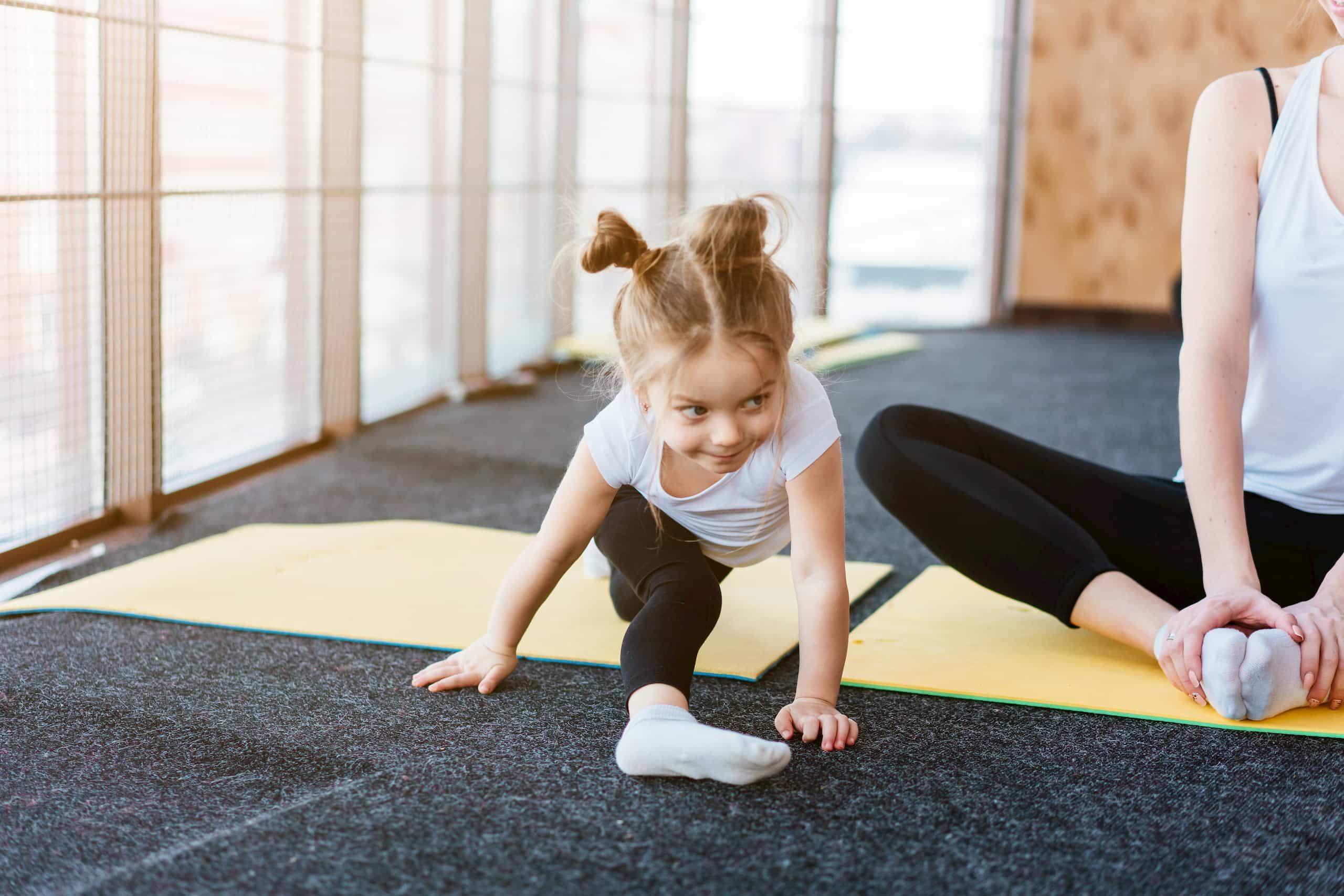 Enfant qui fait du yoga