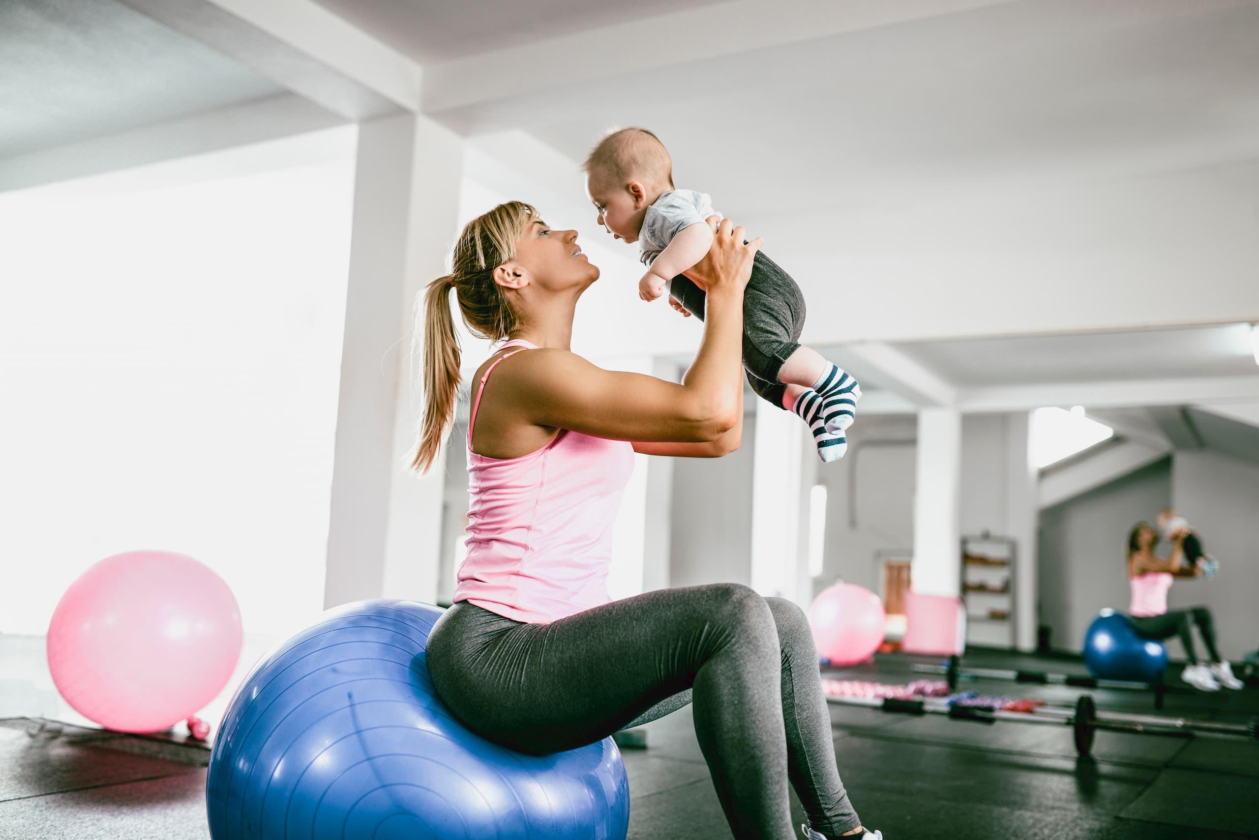 Femme avec enfant dans les bras