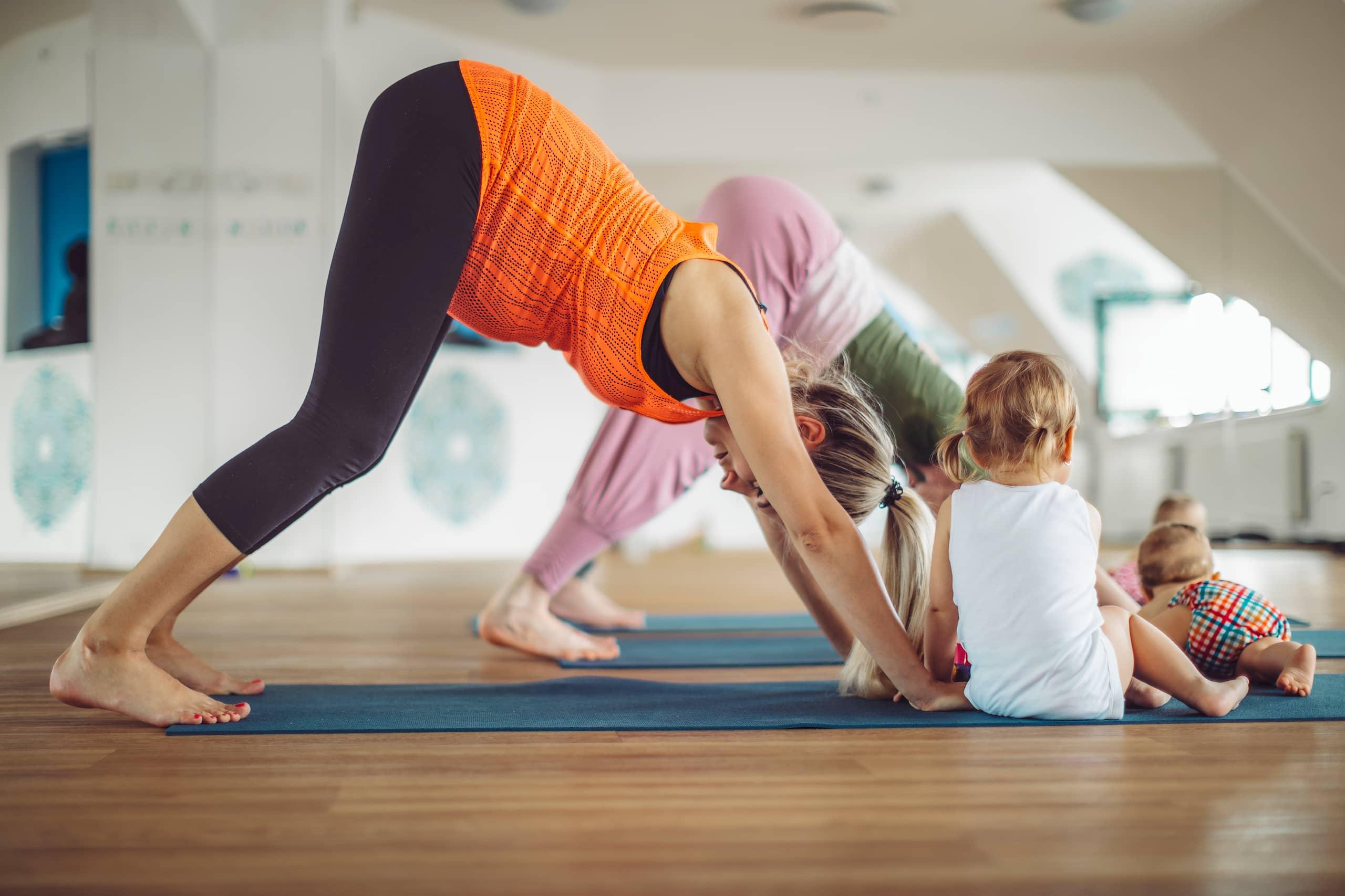 Maman et fille qui pratique le yoga